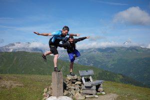Alter Gipfelkreuzsockel. Im Hintergrund Tribulaun (3.097m) links und Habicht (3.277m) rechts.
